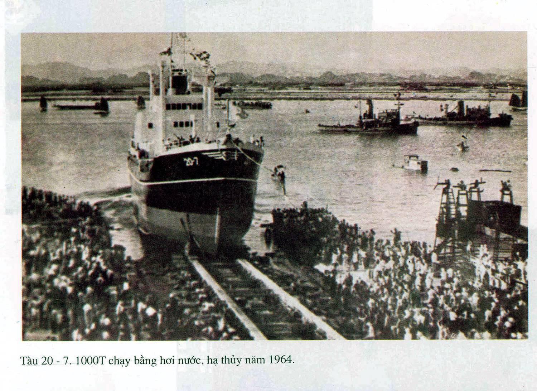 Tàu biển vỏ thép đầu tiên 20-7 trọng tải 1.000 tấn do ĐKVN giám sát kỹ thuật đóng mới năm 1965.jpg